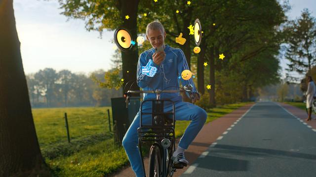 Telefoon in je zak Ogen op de weg Stichting Yannick 16x9 Poster Frame B