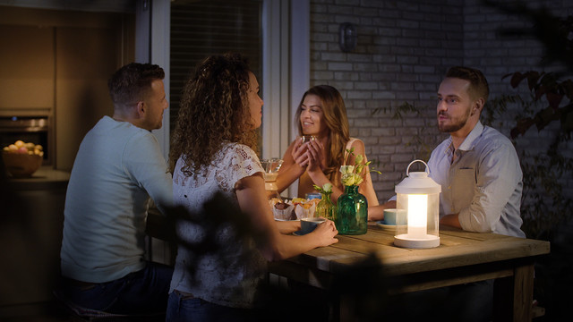 Philips Abelia LED Portable Lantern aan de tafel